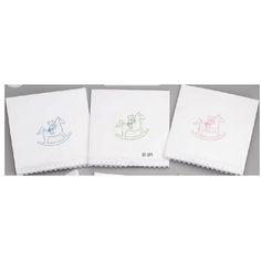 Λαδόπανα οικονομικά με αρκουδάκι πάνω σε αλογάκι καρουζέλ. Διαθέσιμο σε λευκό με κέντημα σε γαλάζιο, λαχανί ή ροζ.  Το σετ περιλαμβάνει :   λαδόπανο πετσέτα μεγάλη σετ εσώρουχα - καπελάκι   Επιλέξτε το χρώμα του Λαδόπανου από τις διαθέσιμες επιλογές δεξιά από τη φωτογραφία - Σημειώστε σ