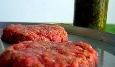 Faça hambúrgueres deliciosos em casa  Preparar hambúrgueres em casa é, além de mais saudável, uma chance de testar novos sabores e combinações para o seu bolinho de carne. Nesta versão, o sanduíche ganhou um toque de chimichurri, um tempero argentino que conquistou o paladar dos brasileiros.  500g de patinho moído  2 colheres de sopa de chimichurri  Sal a gosto  1 fatia de pão de forma integral esfarelada  Misture todos os ingredientes  Modele os hambúrgueres e asse na churrasqueira ou…