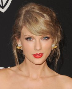 Taylor Swift With A Romantic Updo And Red Lips, ellemag Taylor Swift Hot, Taylor Swift Music, Taylor Swift Curly Hair, Taylor Swift Short Hair, Taylor Swift Makeup, Holiday Hairstyles, Cool Hairstyles, Hairstyle Ideas, Celebrity Hairstyles