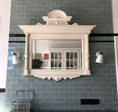 Auf der Wand aus salbeifarbenen Wandfliesen aus unserem Sortiment hat die Kundin dieses Erbstück plaziert . Tiles, Ceramics, Mirror, Furniture, Home Decor, Antiqued Mirror, Room Tiles, Ceramica, Pottery