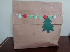 Embrulho de natal.Utilizando papel craft usando retalhos de papel, cordão e cola com gliter.