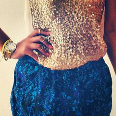 Outfit, golden & blue, sequins,  jewelery: midrings, watch, bracelet. Pink nails.