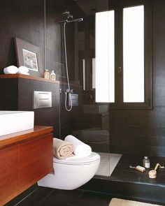 En negro y madera Me gusta que el inodoro y el mueble no lleguen al suelo