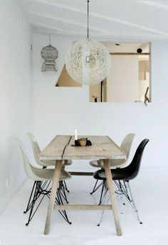 prenez: une table en bois de récup' de #dutchwood.fr  + un intérieur tout en blanc...