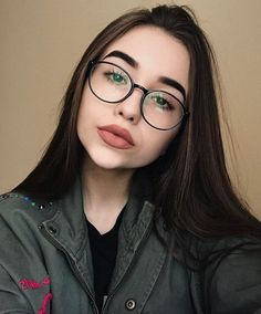 15 Hair masks for each type of problem in your hair; Know life without frizz! Glasses Outfit, Fashion Eye Glasses, Cute Glasses, New Glasses, Wearing Glasses, Girls With Glasses, Girl Glasses, Photo Snapchat, Glasses Frames Trendy