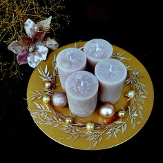 Velký+vánoční+svícen+na+talíři+ve+starozlatém+laku+Tento+výrobek+vznikl+pro+klubRůžový+panter+znovu+na+stopě...+soutěžní+téma+Dějiny+umění+-BAROKO,blog+TU+Luxusní+rustikálníadventní+svícenna+slavnostní+stůl+-+rustikální+ojíněné+svíčky+v+odstínu+champagne,+dozdobenévánočními+kouličkami+aruscusem+ve+stejném+odstínu+namatném+starozlatém... Christmas Wreaths, Christmas Decorations, Panna Cotta, Candle Holders, Candles, Ethnic Recipes, Champagne, Food, Dulce De Leche