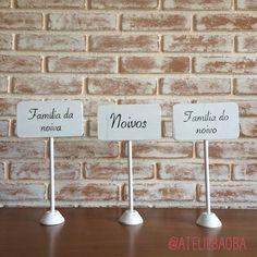 Plaquinhas de mesa com pezinho retangular, na cor branca. Tem 30cm de altura e ficam lindas como marcadores de mesa reservada.