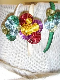 Toke: Diademas en cintas de seda y alambre de Metal en diversos Colores en combinación con sus anillos.