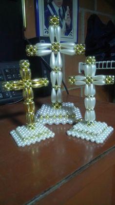 Cruz perlas Diy Necklace Patterns, Beaded Jewelry Patterns, Crochet Christmas Wreath, Beaded Christmas Ornaments, Pony Bead Crafts, Beaded Crafts, Cross Jewelry, Seed Bead Jewelry, Safety Pin Crafts
