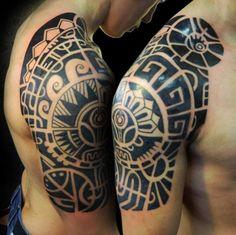 Maori Tattoos am Oberarm und Rücken