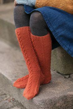 Dagens gratisoppskrift: Nomme strømper | Strikkeoppskrift.com Boot Socks, Leg Warmers, Tween, Diy And Crafts, Gloves, Slippers, Mini, Winter, Store
