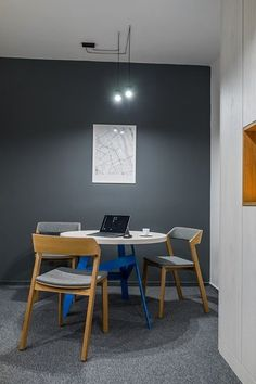 Stolik w biurze. Warszawa ul. Burakowska 14 lok. 15. Pracownia architekta wnętrz. #furniture #interiors #chair #lamps #lighting #greywall #office # map #table Ul