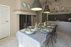 www.AlmaParket.nl vloeren Breda. Houten vloer in een klassiek visgraat patroon voor een mooi woon interieur.