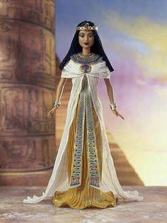 Vemos de forma muy directa como la civilización egipcia sigue influyendo en nuestro mundo actual, tanto así que se fabrican muñecas para niñas que ilustra el caracteristico estílo de las reinas egipcias.  Notamos los distintos accesorios utilizados y tambien la vestimenta que tanto las caracterizaba.