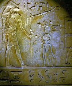 Top 10 Ancient Egyptian Alien Hieroglyphics Proof Of Aliens Life Ancient Aliens, Aliens And Ufos, Ancient Art, Ancient Egypt, Ancient History, Ancient Symbols, Objets Antiques, Alien Artifacts, Art Antique