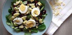 Een eenvoudige snelle salade,meer moet het vaak niet zijn. Als je het eitje van tevoren kookt, heb je in 10 minuten deze salade op tafel staan. Als je de salade wilt meenemen voor de lunch, voeg dan pas net voor serveren de avocado toe.  Ingrediënten (voor 1 persoon)  Veldsla 2 gekookte rode bietjes (+/- 200 gram) ½ avocado 1 hardgekookt
