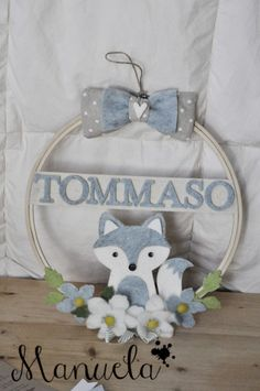 E questa volta… immaginando Tommaso Felt Crafts Dolls, Earthy Home Decor, Baby Shower Tags, Baby Pictures, Diy And Crafts, Floral Wreath, Baby Boy, Decoration, Scrapbook