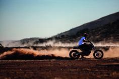 Due amici, gli spazi australiani sterminati e due special insolite, perché su base KTM, da costruire per un viaggio dall'oceano fino a Lake Gairdner, il lago salato dove si corre la Speed Week. Ferie ben spese. Su Riders di settembre.