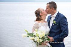 Kuss am See. Hochzeitsfotos mit Herz.