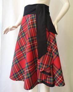 der Stoff für diesen Rock wurde in der letzten Schottenkaro-Weberei in GB gefertigt. Der Wickelrock ist mit dem breiten Bindegürtel zu knoten und schmeichelt durch die Schnittführung der Figur Waist Skirt, High Waisted Skirt, Skirts, Shopping, Style, Fashion, Black Ribbon, High Waist Skirt, Cat Walk