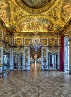 The full thread of the exhibition of the war room of the peace through the Hall of Mirrors, Versailles