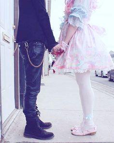 Melhor foto q já vi na vida o #couple #lolita #sweetlolita #visualkei #valentineday #namorados #dupla #romantic #casal #kawaii #cute #innocent #black #pink #pastelcolors by breh_devil