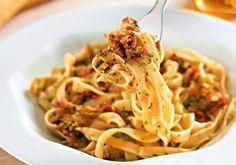 Macarrão aromático. Com cebola, manjericão, salsa e bacon, este macarrão é fácil de preparar e delicioso.