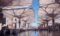Beeindruckende Dimensionen. In geöffnetem Zustand präsentieren sich die Sonnenschirme in ihrer vollen Pracht.<br />Bilder: Sefar AG