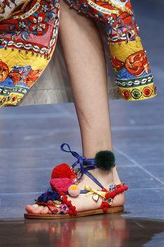 Dolce & Gabbana Prêt à Porter Primavera/Verano 2016 Dolce & Gabbana, Pompom Sandals, Carrie Bradshaw, Hand Painted Heels, Rainbow Sandals, Leather Sandals Flat, Flat Shoes, Flat Sandals, Cheap Sandals