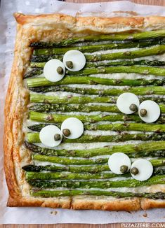 Monster Eye Asparagus Gruyere Tart: Balance out all the Halloween candy you've been eating with a healthy asparagus tart. No one will be mad about it after the first bite. Click through for more scary-good Halloween appetizers! Essen Halloween Party, Halloween Party Appetizers, Fete Halloween, Halloween Dinner, Halloween Food For Party, Easy Halloween, Halloween Treats, Healthy Halloween, Halloween Desserts