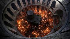 CÉRÉMONIE. De très nombreux fidèles ont participé, ce samedi 11 avril, à la traditionnelle cérémonie du «feu sacré», surnommée aussi «le samedi des lumières» de la Pâque orthodoxe dans la basilique du Saint-Sépulcre à Jérusalem. Tous sont entrés dans le bâtiment avec des bougies à la main.
