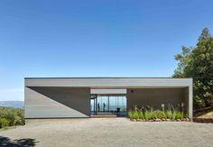 Terrænet i Californien skaber udfordringer for bygningen, men de er løst med gennemført design.
