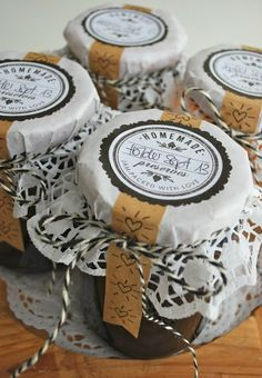 Jam jar gift wrap by mamas kram with a doily, kraft tape, baker's twine, cardboard and free printable labels from the elli blog (link).