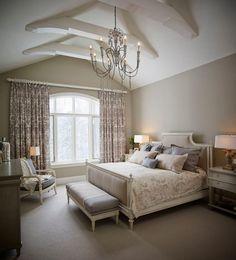 chambre taupe, tête de lit en cuir blanc capitonné et coussins ...