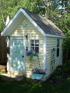 kokettes Gartenhaus mit blauer Tür und Stern Dekoration