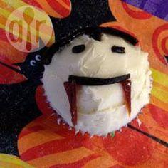 Man kann jeden Muffin oder Cupcake in diese gruseligen Dracula Cupcakesfür Halloween verwandeln @ de.allrecipes.com
