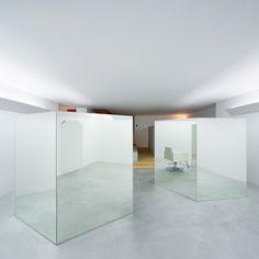 hair salon divided by mirrored boxes by Teruhiro Yanagihara