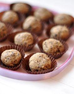 Fehér csokis-banános golyó (sütés nélkül) - csakapuffin.hu Banana Split, No Bake Treats, Winter Food, Biscuits, Muffin, Sweets, Cookies, Breakfast, Xmas