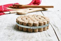 DIY Topfuntersetzer aus Weinkorken und Schlauchklemme