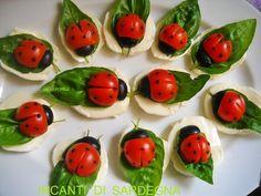 Des petits sandwichs de mozzarella et tomates qui ressemblent à des coccinelles. Pour un thème campagne en voilà une bonne idée.