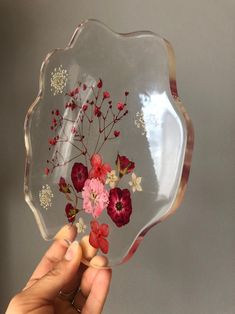 Pressed Red Flowers in Clear Epoxy Table Decor - Elisabeth Diy Resin Art, Diy Resin Crafts, Diy And Crafts, Arts And Crafts, Epoxy Resin Table, Clear Epoxy Resin, Diy Epoxy, Resin Flowers, Wild Flowers