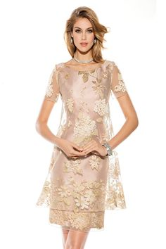 Un impresionante diseño de Teresa Ripoll, vestido de corte de oro con corte elegante justo en la rodilla, con un recubrimiento...