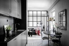 До ремонта эта небольшая квартира в Швеции представляла собой одну большую комнату площадью 39 кв. м. Благодаря возведению нескольких сплошных и легких перегородок, пространство превратилось в компактнуюдвухкомнатную квартиру с одной спальней. По стилю все очень строго — черно-белая гамма и максимально ровные и прямые поверхности — настоящая Скандинавия! Источник: Ahre