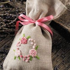 How to Make a Seed Work and Samples of a Seed Work, # needlewithtouchinginasÄ … - Stickerei Ideen Embroidery Needles, Embroidery Applique, Cross Stitch Embroidery, Embroidery Patterns, Lavender Bags, Techniques Couture, Brazilian Embroidery, Needlework, Burlap