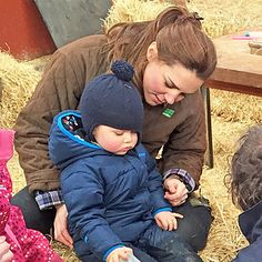 March 2015 - Kate Middleton and Prince George at the Petting Zoo Might Be the Cutest Thing You've Ever Seen Princesa Charlotte, Princesa Kate, Baby Prince, Prince And Princess, Prince George Alexander Louis, Prince William And Catherine, Duke William, William Kate, Royals