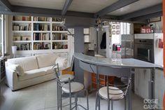 Un mini appartamento di 43 mq viene ingrandito grazie al nuovo soppalco e utilizzato al meglio con soluzioni e arredi su misura, senza sprecare spazio.