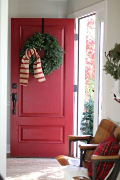 Sincerely Marie Designs shares her gorgeous front door painted with Modern Masters Front Door Paint in the color Sophisticated. What a beautiful and festive red front door! Christmas Entryway, Christmas Front Doors, Country Christmas, Christmas Home, Christmas Ideas, Merry Christmas, Vintage Christmas, Holiday Ideas, Christmas Holidays
