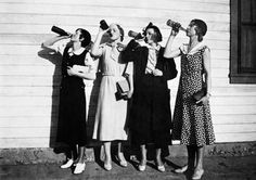 Prohibition: flappers drink bootleg alcohol, 1925 my kind of women.find me a flapper dress I'm going in! Bizarre Mode, Idda Van Munster, Flapper Girls, Look Retro, Louise Brooks, Christian Dior Couture, Roaring Twenties, Poses, Vintage Photographs