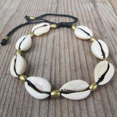 Women anklets the perfect way to bring your jewelry collection into the next stage. Shell Bracelet, Anklet Bracelet, Shell Necklaces, Beaded Bracelets, Ankle Jewelry, Body Jewelry, Shell Schmuck, Accesorios Casual, Beach Anklets