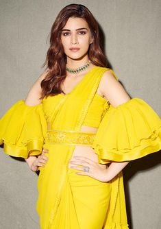 Gorgeous Kriti Sanon in Chiffon Saree Latest Indian Fashion Trends, Indian Fashion Dresses, Dress Indian Style, Indian Designer Outfits, Indian Outfits, Ethnic Fashion, Stylish Sarees, Stylish Dresses, Saree Trends